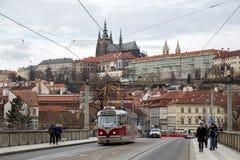 Spårväg och Prague slott Arkivbild