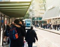 Spårväg som ankommer i station i Frankrike med folkrusningstidcom Royaltyfri Foto
