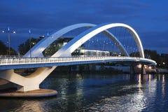 Spårväg som korsar bron Arkivfoton