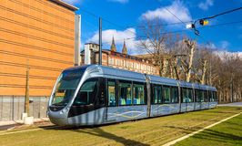 Spårvagn för Alstom Citadis 302 på Januari 7, 2014 i Toulouse, Frankrike royaltyfri fotografi
