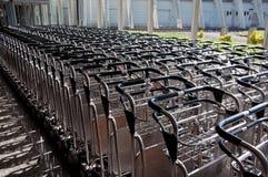 Spårvagn för bagage eller bagagetrans. på flygplatser Arkivfoton