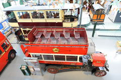 Spårvagn för dubbel däckare för tappning brittisk och buss - London transportmuseum Royaltyfri Bild