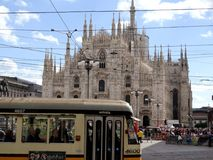 Spårvagn i Milan framme av duomoen Royaltyfria Foton