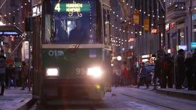 Spårvagn i mitt av Helsingfors, Finland stock video