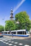 Spårvagn med det berömda Wester tornet på bakgrund, Amsterdam, Nederländerna arkivbilder