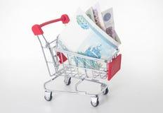 Spårvagn med pengar, pengarbegrepp, på vit Royaltyfri Bild