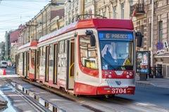 Spårvagn nummer 6 med tillträde på två sidor på 1 st-linje gata i St Petersburg Fotografering för Bildbyråer