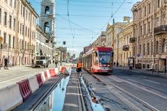 Spårvagn nummer 6 med tillträde på två sidor på 1 st-linje gata i St Petersburg Royaltyfri Fotografi