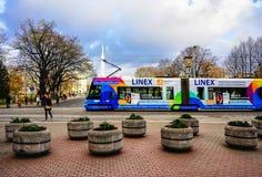Spårvagn och folk i gammal stad av Riga på jul Royaltyfria Bilder