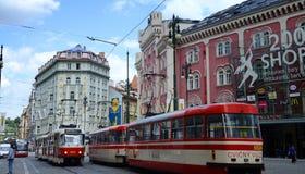 Spårvagn på den gamla gatan i Prague framme av den lyxiga shoppinggallerian för Palladium i historisk mitt Berömt för unik arkite arkivfoto