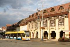 Spårvagn på marknadsgatan & x28en; Debrecen Hungary& x29; Arkivbilder
