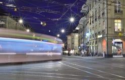 Spårvagn på specerihandlaregränden i Bern Royaltyfri Bild