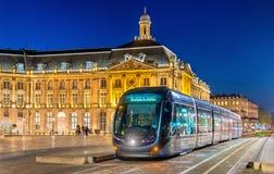 Spårvagn på stället de la Börs i Bordeaux, Frankrike Arkivfoton