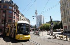 Spårvagn som förbigår det Hackescher Markt stället i Berlin mittedirst royaltyfria foton