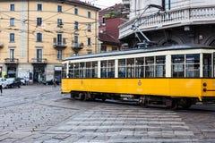 Spårvagn som kör till och med centrum i Milan royaltyfri foto