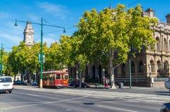 Spårvagn som passerar byggnaderna för lagdomstolar i Bendigo, Australien arkivfoton