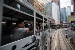 Spårvagnar för dubbel däckare i gatorna av Hong Kong royaltyfria foton