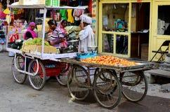 Spårvagnar för fruktmarknad, Deogarh, Indien Royaltyfri Fotografi