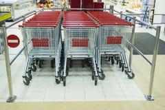 Spårvagnar för supermarketshoppingvagn Royaltyfri Foto