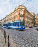 Spårvagnar och arkitektur i Krakow royaltyfria bilder