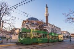 Spårvagnar och Banyaen Bashi i Sofia under dagen på soluppgång royaltyfri fotografi