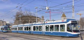 Spårvagnar på den Bahnhofbrucke bron i Zurich Royaltyfria Foton