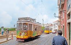 Spårvagnarna i det Alfama området av Lissabon arkivfoton