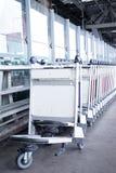 Spårvagnbagage i ett rått i flygplats Arkivfoto