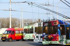 Spårvagnbussar och taxi på det sista stoppet, Gomel, Vitryssland Arkivbilder