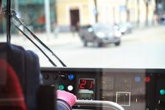 Spårvagnchaufför som kontrollerar drevet royaltyfria foton