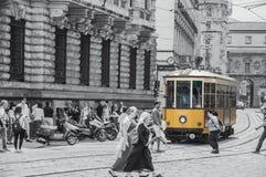 Spårvagnen är alltid gul på Milan Italy Royaltyfria Foton