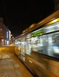 Spårvagnen förbigår i rörelsesuddighet, Olomouc, Tjeckien arkivbilder