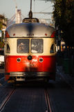 Spårvagnen glimmar i solljus i den San Francisco gatan Arkivbild