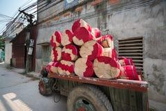 Spårvagnen med torkad rökelse klibbar i handelby i nord av Vietnam arkivfoton
