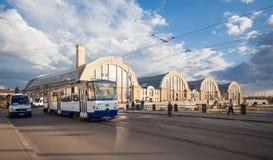 Spårvagnen nära central marknad i Riga Royaltyfri Foto