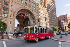 Spårvagnen turnerar bussen framme av det Boston hamnhotellet Royaltyfri Fotografi