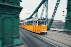 Spårvagnen vinkar in Fotografering för Bildbyråer