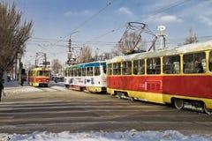 Spårvagnkörning som möter sig. Staden kommer vid liv efter ett onormalt snöfall Arkivfoton
