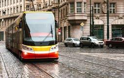 Spårvagnkollektivtrafik på gatan Dagligt liv i staden Vardagsliv i Europa Arkivfoton