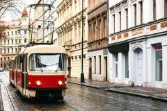 Spårvagnkollektivtrafik på gatan Dagligt liv i staden Vardagsliv i Europa Royaltyfria Bilder