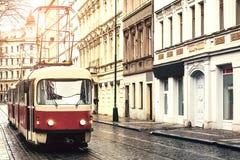 Spårvagnkollektivtrafik på gatan Dagligt liv i staden Vardagsliv i Europa tappning för stil för illustrationlilja röd Royaltyfri Bild