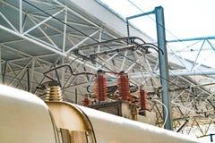 Spårvagnpol för elektriskt drev snabbt järnväg elektrifieringsystem Över huvudet kabeltråd över railtrack den isolerade tecknade  Royaltyfri Fotografi