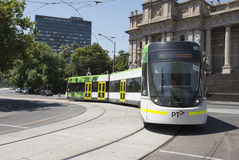 Spårvagnresande förbi parlamenthuset, Melbourne, Australien Arkivfoton