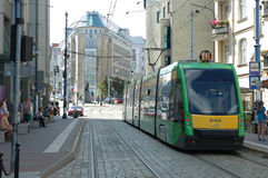 Spårvagnspår på den Podgorna gatan i Poznan, Polen Arkivbilder