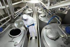 Spécialiste à l'usine commandant le processus technologique Image stock