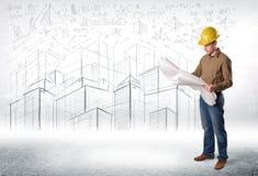 Spécialiste beau en construction avec le dessin de ville à l'arrière-plan Images stock