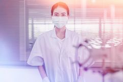 Spécialiste distingué professionnel en Science au travail Technologies innovatrices en science et médecine Images libres de droits