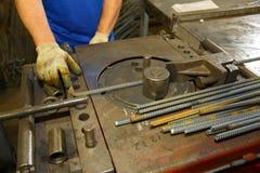 Spécialiste employant le rebar de cintreuse de machine à cintrer d'acier pour la construction Photo stock