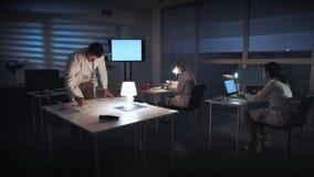 Spécialiste en chef dans l'électronique vérifiant le plan de circuits de commande banque de vidéos