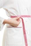 Spécialiste en docteur mesurant sa taille Image stock